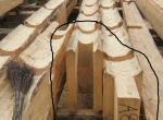 Podélné napojení dvou stěnových trámů. Po nasazení čepu do dlabu na svém místě v roubené stěně budou klády ještě provrtány a spojeny dubovým kolíkem.